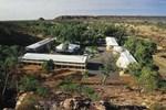 Отель Heavitree Gap Outback Lodge