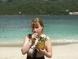 коктейли делают прямо в ананасе! / Фото из Доминиканской Республики