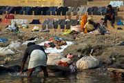 Стирка на набережной / Фото из Индии