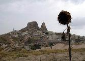 Учхисар - деревня, целиком выдолбленная в большой скале / Фото из Турции