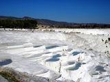 Белоснежные травертины с водой из целебного источника / Фото из Турции