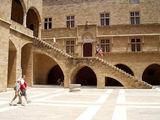 Внутренний двор замка Магистра / Фото из Греции