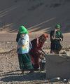 стирка у придорожного колодца / Фото из Марокко