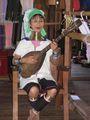 Женщина народности падаунгов за исполняет национальную песню / Мьянма