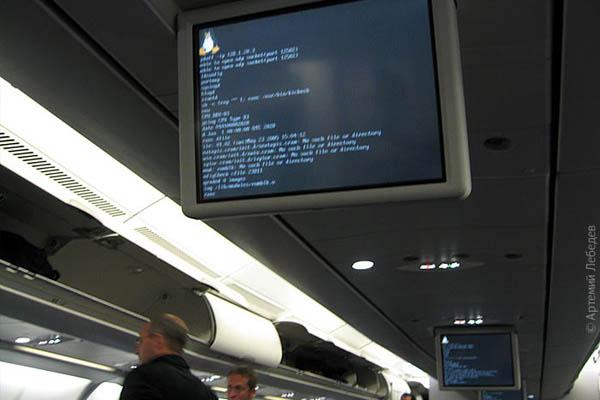 Перед взлетом мониторы показывают линуксовую ошибку / Фото из Египта