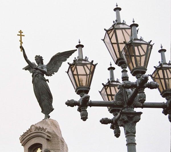 Ангел-хранитель с золотым крестом / Фото из Эстонии