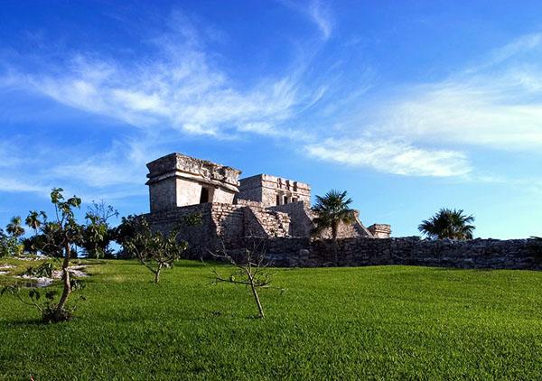 El Castillo на краю утеса в археологическом парке Тулум / Фото из Белиза