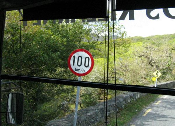 Невероятно, но факт - ограничение скорости на этих петляющих в горах двухполосках - 100 (сто!) километров в час. / Фото из Ирландии