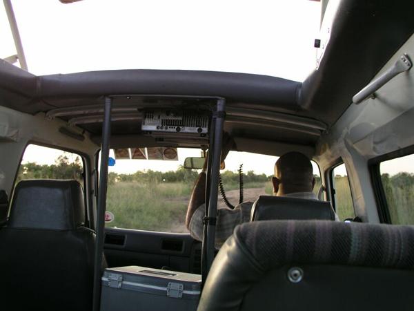 Наш транспорт — Nissan Urvan с поднимающейся крышей / Фото из Кении