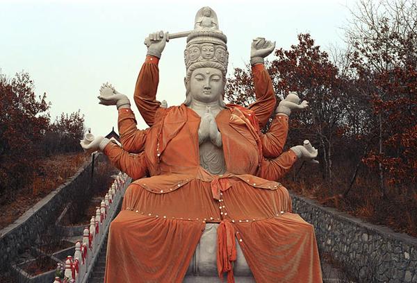 Многорукий Будда / Фото из Китая