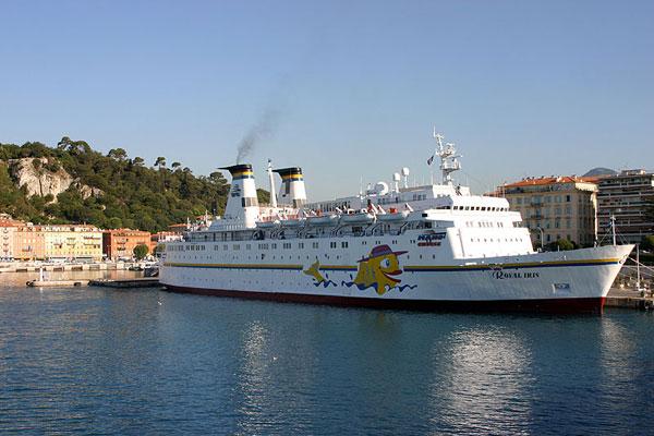 Какое-то круизное судно / Фото из Франции