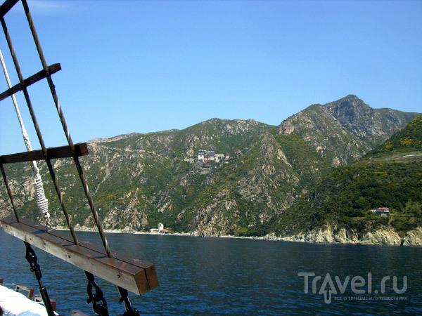 С расстояния 500 метров можно увидеть часть действующих обителей / Фото из Греции
