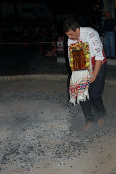 Нестинарские танцы на углях с иконой в руках / Фото из Болгарии