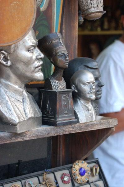 Эклектика в сувенирной лавке / Фото из Болгарии