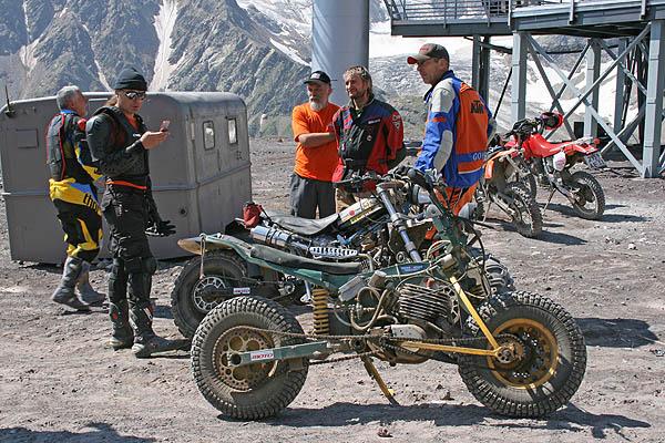 Группа спортсменов - 'горных мотоциклистов' / Фото из России