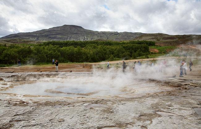 Конусовидный кратер с озерцом воды / Фото из Исландии