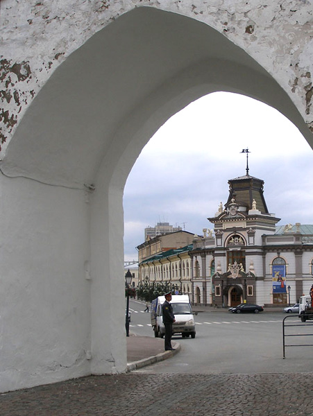 Национальный музей Татарстана - вид через арку Спасской башни / Фото из России