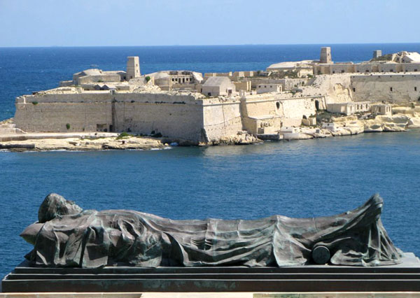 Статуя на набережной / Фото с Мальты