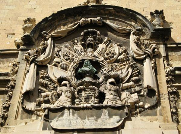 Герб на стене здания, Валетта / Фото с Мальты