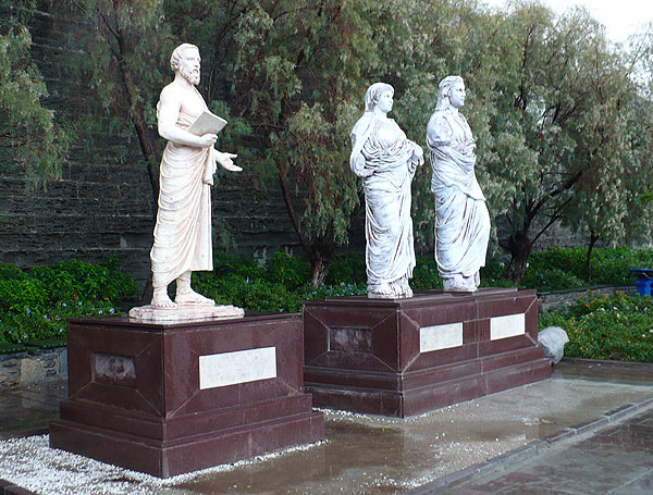 Скульптуры на набережной: Геродот, Артемисия, Мавсол / Фото из Турции