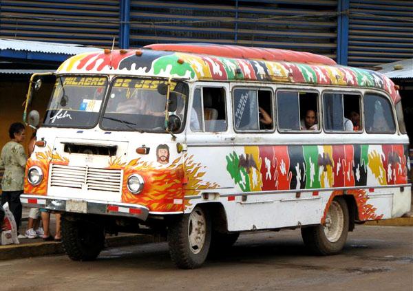 Яркий автобус в Сан-Карлосе / Фото из Коста-Рики