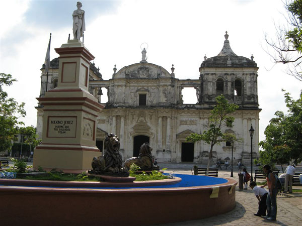 Площадь перед собором в Леоне / Фото из Коста-Рики