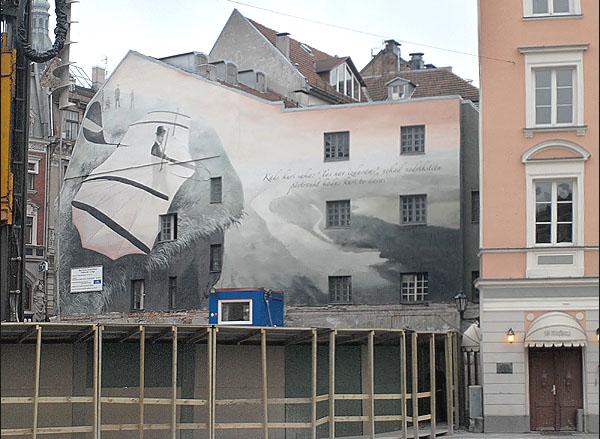 Картина на стене дома / Фото из Латвии