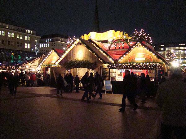 Торговые ряды открыты даже ночью / Фото из Германии