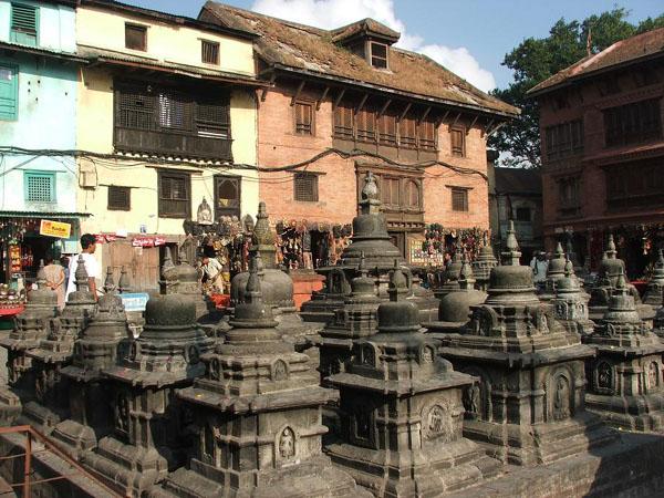 Старинные ступы и магазины для туристов / Фото из Непала