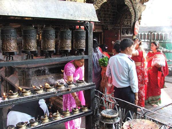 Здесь посетители храма зажигают благовония / Фото из Непала