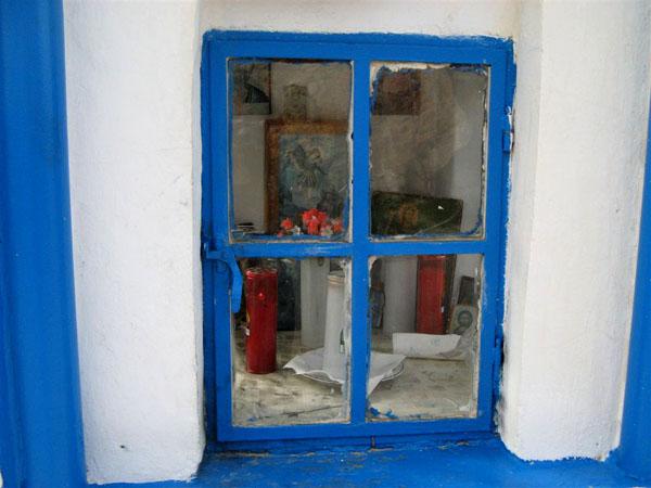Яркие окна домов местных жителей / Фото из Греции