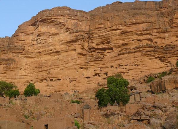 Деревни догонов лепятся по краям уступа Бандиагары, а над ними – пещеры телемов, их предшественников, вытесненных догонами в XII веке / Фото из Мали