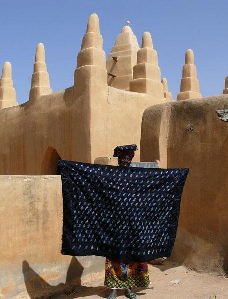 В деревне Дуру ткани красят в индиго / Фото из Мали