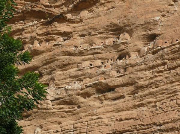Раньше в этих пещерах жили мирные охотники и собиратели. Догоны их выкурили и стали селить в пещерах своих мертвецов… / Фото из Мали