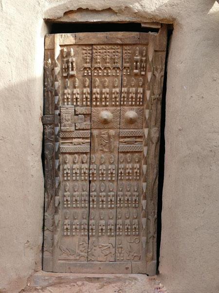 Резная догонская дверь / Фото из Мали