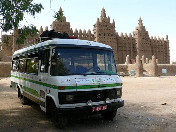 Наш автобус на фоне Большой мечети в Дженне / Фото из Мали