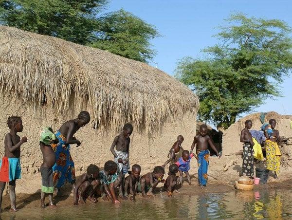 Утренний туалет в принигерской деревне. Туалет во всех смыслах этого слова / Фото из Мали