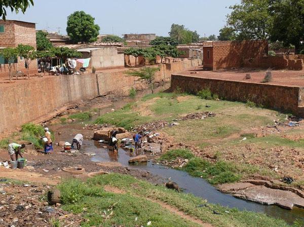 В этой речке живут священные сомы / Фото из Мали