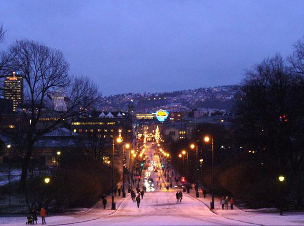 Вид на вечернюю улицу Карла Йохана с Дворцовой площади / Фото из Норвегии