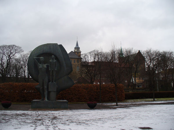Памятник перед крепостью Акерсхус / Фото из Норвегии