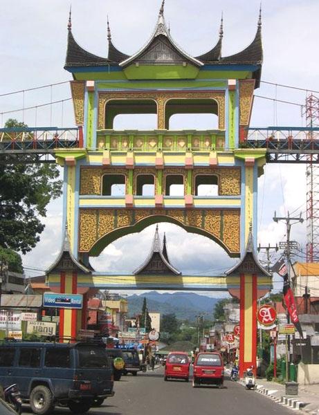 Пешеходный мост в Букиттингги  / Фото из Индонезии