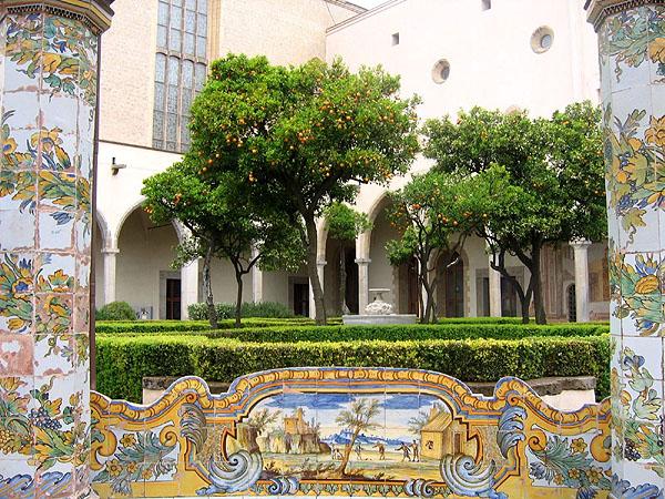 Внутренний дворик монастыря Санта-Кьяра / Фото из Италии