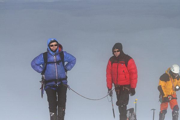 Третья связка дошла до вершины, внизу - океан облаков / Фото из Эквадора