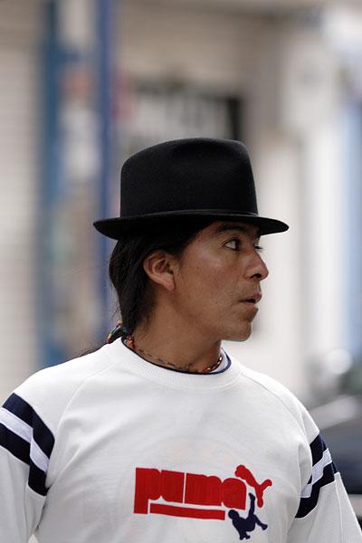 Индеец племени отавало. Шляпа и коса - неизменные атрибуты / Фото из Эквадора