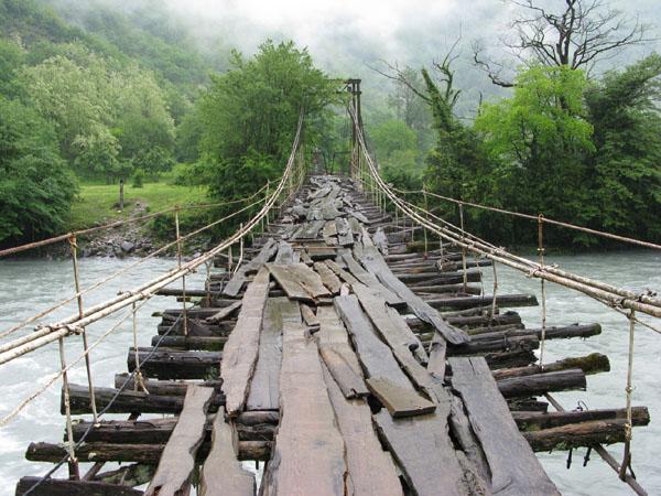 Мост через реку и вечные горные туманы / Фото из Абхазии