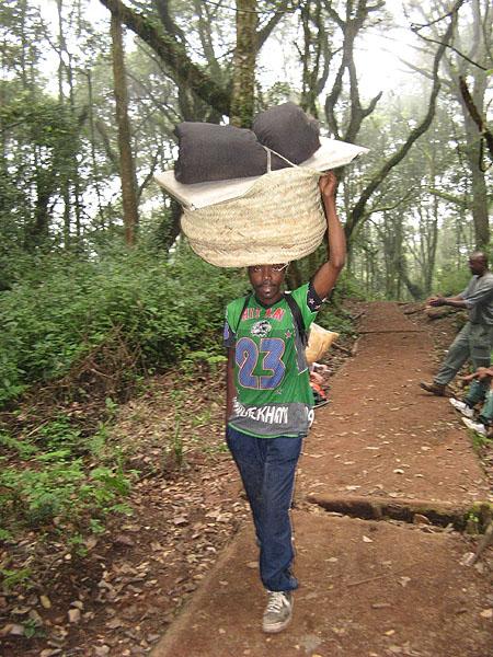 Удобный способ нести груз / Фото из Танзании