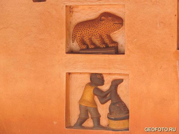 Материалом для барельефов служила глина / Фото из Бенина