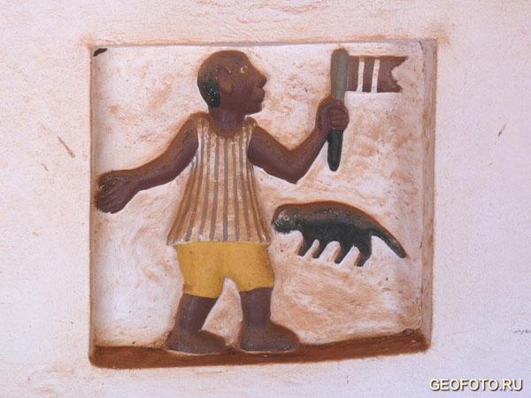Все барельефы раскрашены и дворцы имеют торжественный вид / Фото из Бенина