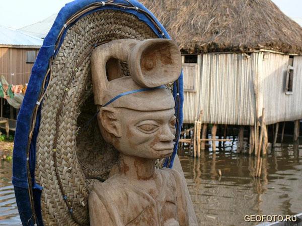 """Традиционная соломенная шляпа на """"монументе"""", Ганвье / Фото из Бенина"""