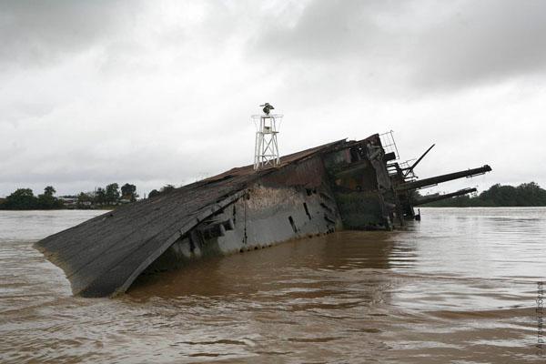 Корабль и сегодня покоится в реке Суринам / Фото из Суринама